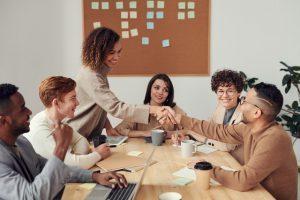 Tulisan ini berisi Semua Tentang Definisi Konseling Kelompok, Tujuan, Manfaat, Tahapan, dan Ukuran yang Ideal dengan Daftar Pustaka